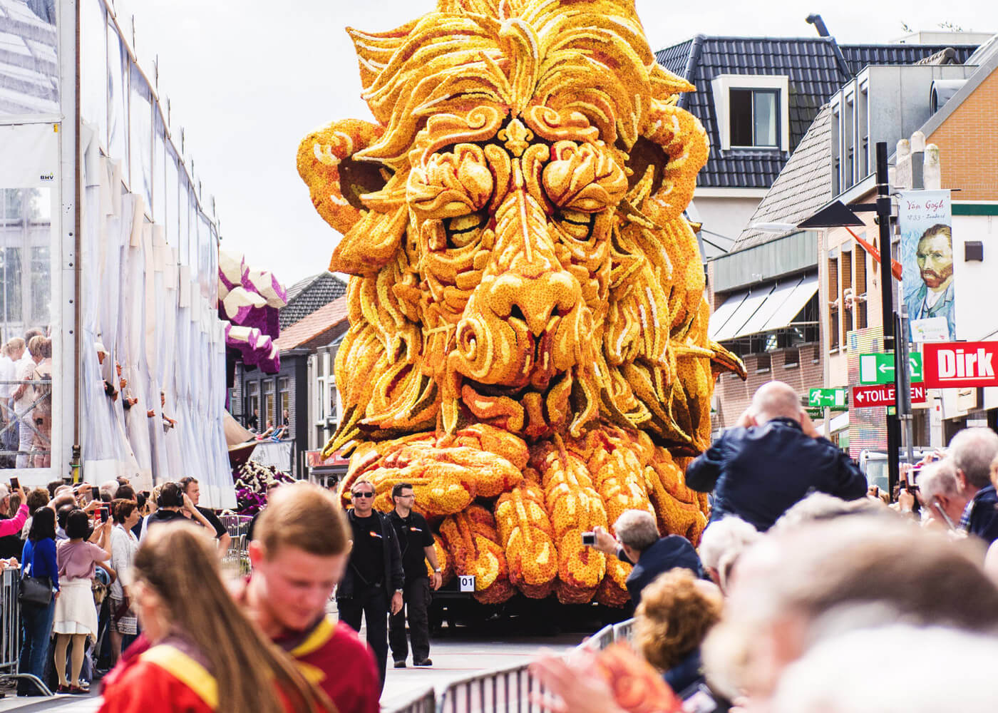 parade-of-flower-sculptures-in-holland-1